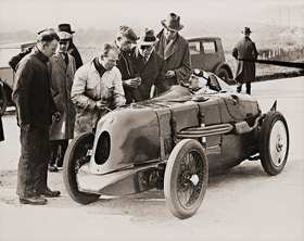 Geschwindigkeits-Weltrekord für kleine Autos gebrochen. Brooklands, England