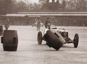 Autorennen auf der Brooklands Rennstrecke. R.C. Fairfield in seinem Riley versucht Fässern auszuweichen. Weybridge, Grafschaft Surrey. England. Photographie
