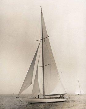 """Die Yacht """"Vanitie"""" besiegt die """"Resolute"""" während der 78. jährlichen Regatta des New York Yachtclubs. Photographie"""