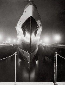 """Die """"Queen Mary"""" auf dem Trockendock bei Nacht. Photographie. Southamton, England"""