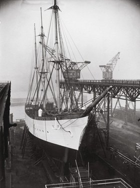 Das dritte Segelschulschiff der deutschen Kriegsmarine wenige Tage vor dem Stapellauf. Hamburg. Photographie