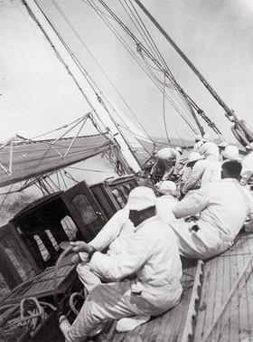 """Die Crew der Yacht """"Candida"""" beim Manöver während der Harwich Yacht-Club Regatta. England"""