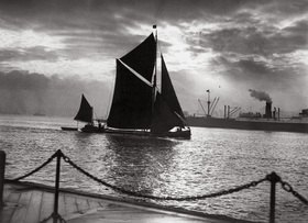 Segelboot an der Themsemündung in der Dezembersonne. Tilbury Docks, England