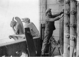 Installationsarbeiten an der Kathedrale von Notre-Dame in Paris. Photographie