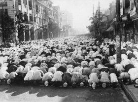 Betende Muslime auf einer Straße in Kalkutta. Photographie