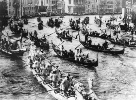 Gondel-Regatta auf dem Canal Grande in Venedig. Italien. Photographie