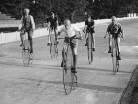 Hochradfahrer beim Training. London, England. Photographie