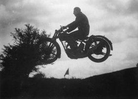 Freier Flug mit dem Motorrad. Photographie. Mai
