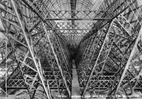 Der untere Laufgang über der Führer- und Fahrgastgondel des Zeppelin-Luftschiffes LZ 127. Friedrichshafen. Photographie