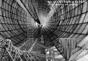 Blick von der Bugseite durch den Innenraum des im Bau befindlichen Zeppelin Luftschiffes LZ 127. Friedrichshafen. Photographie