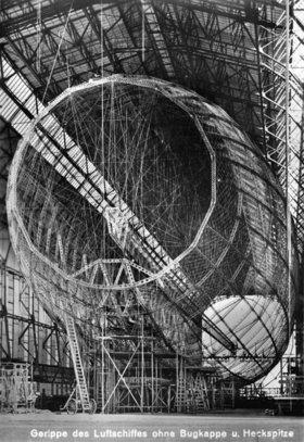 Das Gerippe des Zeppelin Luftschiffes LZ 127 ohne Bugkappe und Heckspitze. Friedrichshafen. Photographie