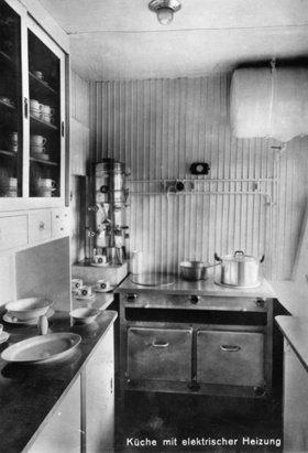 Die Küche im Luftschiff LZ 127 Graf Zeppelin. Photographie