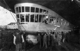 Aussenansicht des Führerhauses des Zeppelin Luftschiffes LZ 127. Photographie