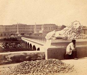 Das Schloss Schönbrunn von der anderen Seite des Kanals photographiert, Wien, Österreich. Photographie