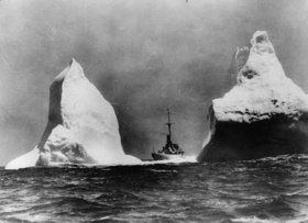 Patrouilleschiff der Küstenwache zwischen zwei Eisbergen in der Nähe der Grand Banks. Photographie