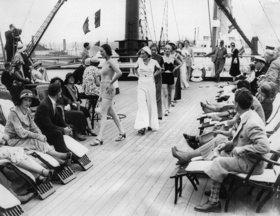 Modeschau an Bord der Homeric in Southampton. England. Photographie