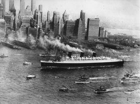 Ankunft der Queen Mary nach ihrer Jungfernfahrt in New York. Amerika. Photographie