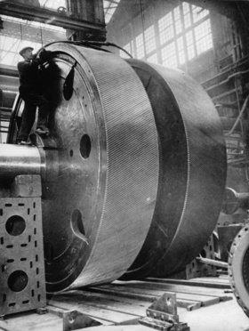 Das 78 Tonnen schwere Hauptgetrieberad der Queen Mary vor dem Einbau. Clydebank. Schottland. Photographie