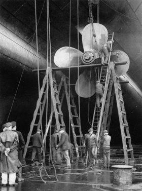 Arbeiten an der Schraube des britischen Dampfschiffes Majestic. Southampton. England. Photographie