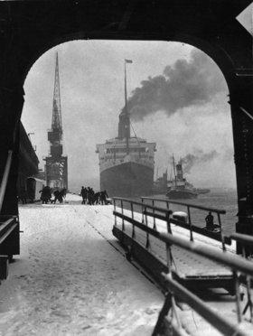 Einlaufen der Majestic in die Docks von Southampton. England. Photographie