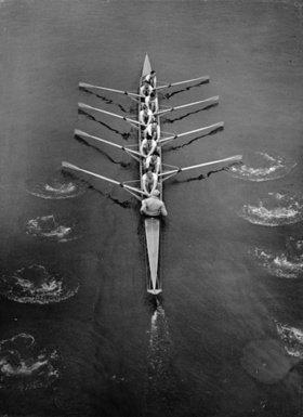 Das Ruderteam von Cambridge bei einem Wettkampf. England. Photographie