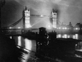 Die Tower Bridge in nächtlicher Beleuchtung anlässlich des Internationalen Beleuchtungskongresses. London. England. Photographie