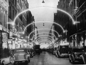 Hamburger Einkaufsstrasse Neuer Wall mit Weihnachtsbeleuchtung.  Photographie. Deutschland
