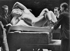 Ankunft einer Skulptur mit dem Titel Figur in Stein von Gilbert Ledwood bei der Royal Academy. London. England. Photographie
