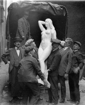 Arbeiter heben ein Frauenskulptur von einem Lastwagen. Die Skulptur ist eines von 18.000 Werken, die für die Aufnahme in die Royal Academy eingereicht wurden. England. Photographie
