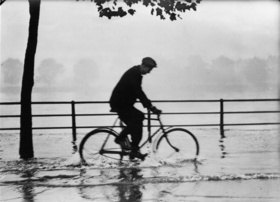 Überschwemmung an der Themse. Ein Radfahrer auf dem Weg zur Arbeit. Photographie. England