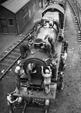 Reinigung einer Lokomotive vor den Osterfeiertagen. Photographie