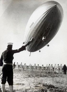 Das Bodenpersonal macht sich bereit für die Landung des Luftschiffes Hindenburg . Photographie