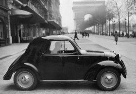 Automobil von Steyr-Daimler-Puch vor dem Arc de Triumphe in Paris. Frankreich. Photographie