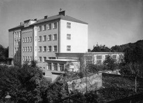 Hauptschule der Stadt Wien Otto-Glöckel-Schule  im 13. Bezirk, Veitingergasse 9. Erbaut 1933/34. Photographie