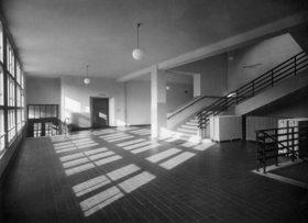 Vestibül der Hauptschule der Stadt Wien Otto-Glöckel-Schule  im 13. Gemeindebezirk, Veitingergasse 9. Erbaut 1933/34. Photographie