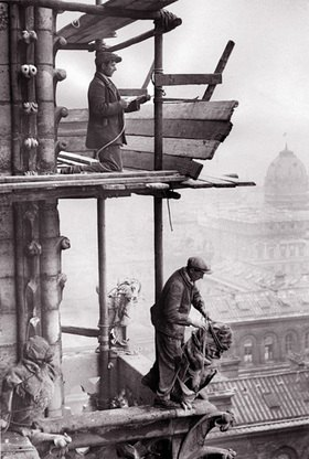 Renovierung von Notre Dame. Die feinen gothischen Skulpturen an der jahrhundertealten Front der Kathedrale in Paris werden ausgebessert. Photographie