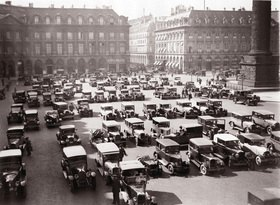 Parkende Autos am Place Vendome. Photographie. Frankreich