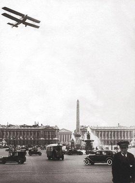 Flugzeug über dem Place de la Concorde. Photographie