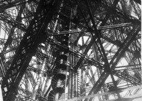 Blick in das Innere des Eiffelturmes. Photographie. Frankreich