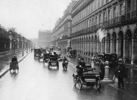 Eines der ersten französischen Autos, ein Dion Modell 1900, auf dem Weg in das Museum Conservatoire des Arts et MÈtiers. Paris. Frankreich. Photographie