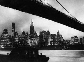 Die nächtliche Skyline von Manhattan mit der Brooklyn Bridge. New York. Photographien