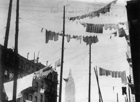 Diese Wäscheleinen befinden sich nur unweit des Empire State Buildings, das im Hintergrund auch zu sehen ist. New York. Photographie