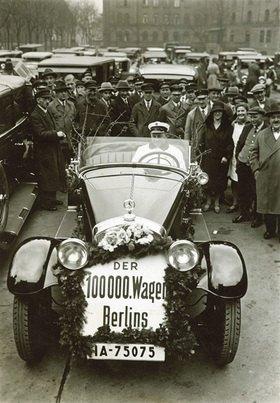 Berlins hunderttausendster Kraftwagen. Photographie