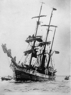 Erstes Bild des Expeditionsschiffes City of New York  mit Commander Richard Byrd und seiner Mannschaft an Bord bei seiner Ankunft in Dunedin Harbour, Neuseeland, nach mehr als einem Jahr in der Antarktis. Photographie