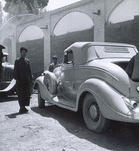 Automobil in einer orientalischen Stadt. Photographie