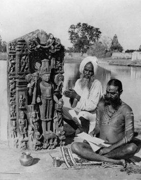 Indische Geistliche beim Morgengebet am Ufer des Ganges. Photographie