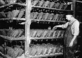 In einer Sektkellerei warten Sektflaschen auf das Ende der Prohibition. Sie müssen dort mehrmals im Jahr gedreht werden. Photographie
