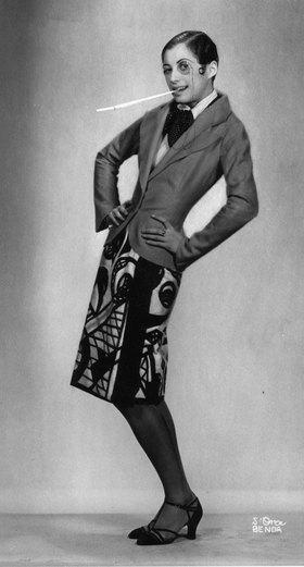 Madame d' Ora: Eine junge Frau mit Bubikopf. Photographie
