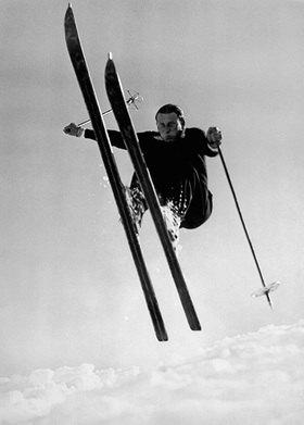 Ein wagemutiger Skifahrer während eines Sprunges. Fotografie