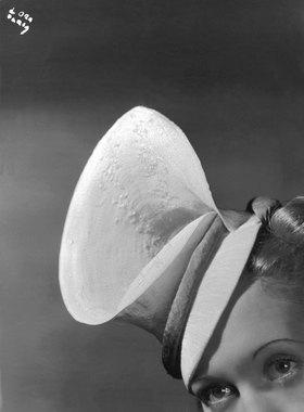 Madame d' Ora: Frühjahrstoque in Form einer Callablüte aus wei?em Stroh mit grünem Band. Modell: AgnËs
